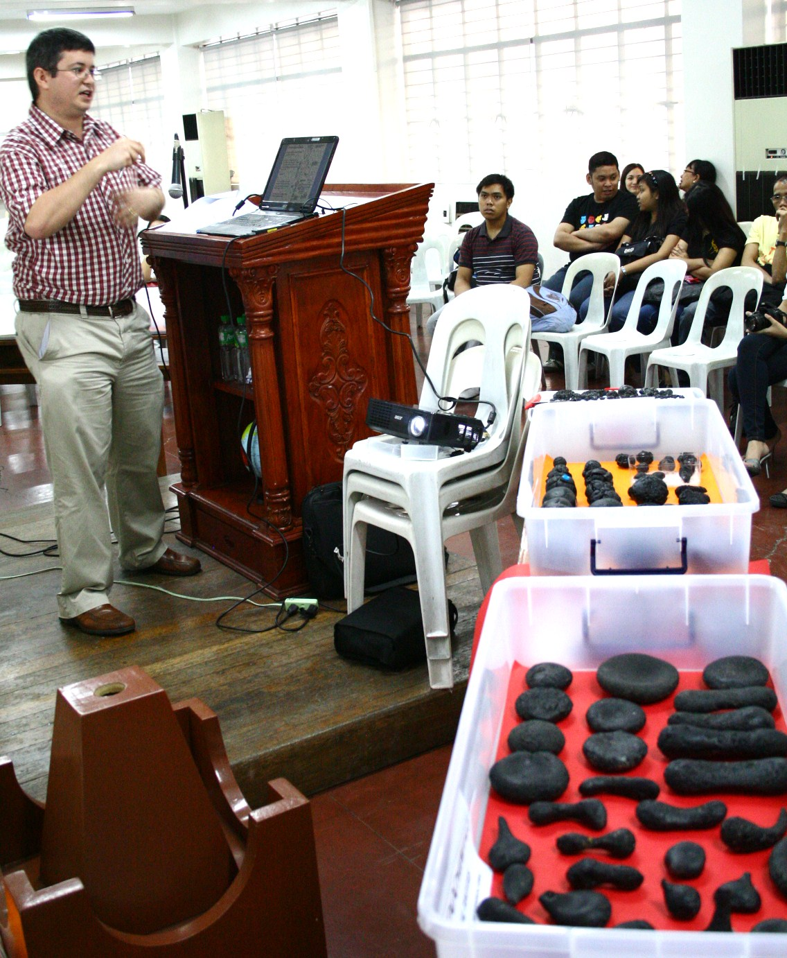 Aubrey Whymark lectures about tektites in PAS-NAW Opening 2011
